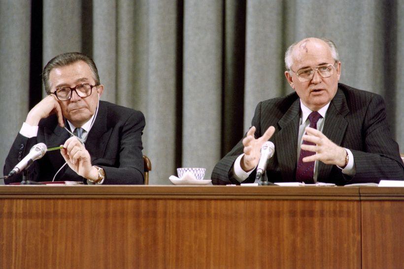 Giulio Andreotti ascolta Mikhail Gorbachev, maggio 1991. Foto di VITALY ARMAND/AFP via Getty Images.