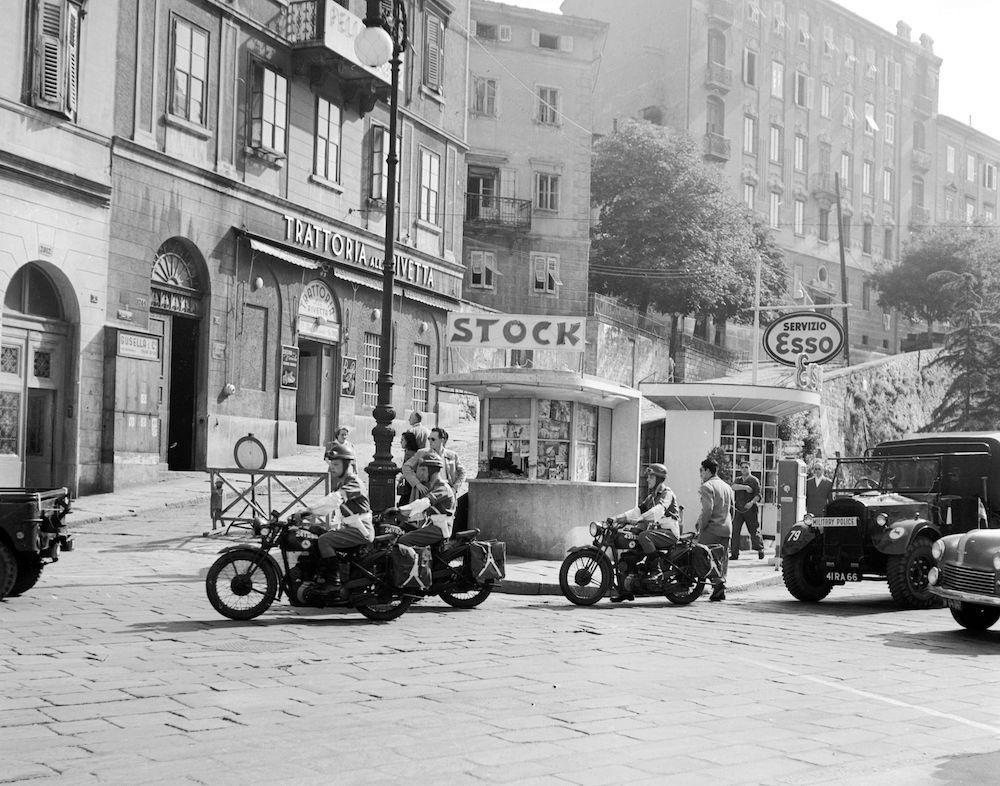 Poliziotti americani, inglesi e italiani in servizio a Trieste, 1950 circa (Photo by Three Lions/Getty Images).