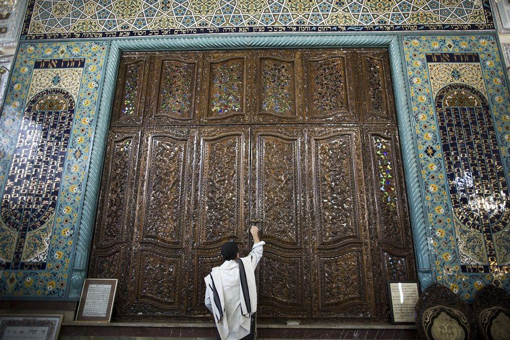 Un ebreo iraniano nella sinagoga Youssef Abad, a Teheran. Foto di Behrouz Mehri/AFP via Getty Images.