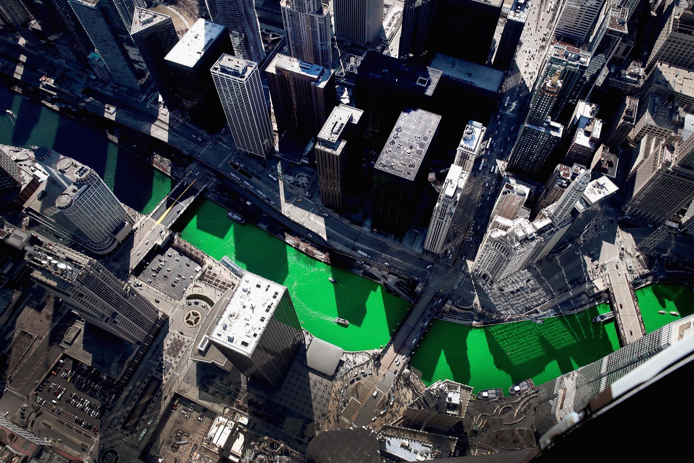 Il fiume Chicago tinto di verde per il Giorno di San Patrizio, 2019. Foto: Scott Olson via Getty Images.