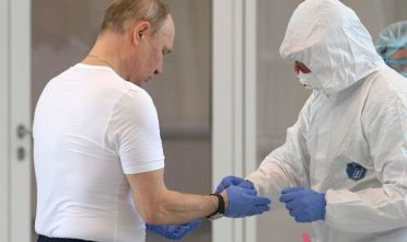 Russian President Vladimir Putin visits a hospital where patients infected with the COVID-19 novel coronavirus are being treated in the settlement of Kommunarka in Moscow on March 24, 2020. (Photo by Alexey DRUZHININ / SPUTNIK / AFP) (Photo by ALEXEY DRUZHININ/SPUTNIK/AFP via Getty Images)