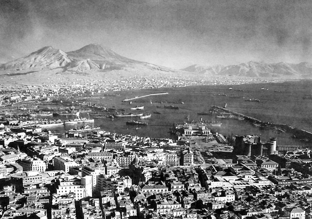 Vista del golfo di Napoli, ottobre 1943 (Photo by: SeM/Universal Images Group via Getty Images).