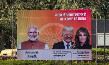 Un manifesto ritrae il presidente Usa Donald Trump, la sua consorte Melania e il primo ministro indiano Narendra Modi ad Ahmedabad il 23/2/2020 prima del vertice tra i due leader. Foto: SAM PANTHAKY/AFP via Getty Images