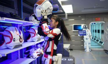 Una guida indossa una tuta spaziale presso la Base Marte-1, il progetto cinese installato nel deserto del Gobi per mostrare come potrebbe essere la vita sul pianeta rosso. Foto: WANG ZHAO/AFP via Getty Images)