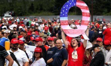 WILKES BARRE, PA - AUGUST 02: attivisti pro-Trump inneggiare alla setta Qanon (Foto: Rick Loomis/Getty Images).