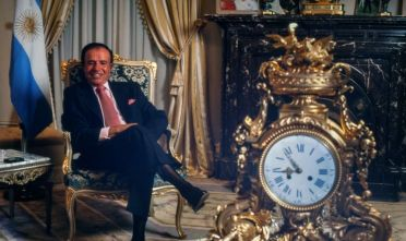 BUENOS AIRES, ARGENTINA - SEPTEMBER 30: Argentine President Carlos Menem gestures during an exclusive portrait session on September 30, 1999, in Buenos Aires, Argentina. (Photo by Ricardo Ceppi/Getty Images)