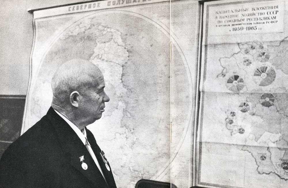 Fonte 3: Nikita Khrušcˇëv di fronte a una grande carta del Piano settennale 1959-1965, da rivista d'epoca.