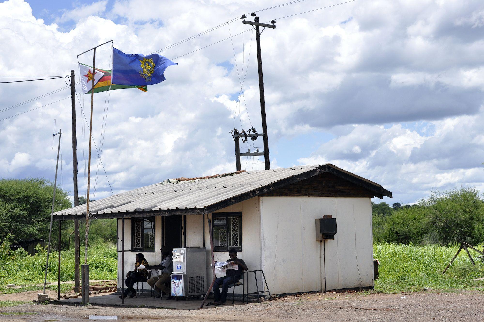 Ufficio doganale tra Botswana e Zimbabwe. (Foto: Giovanni Mereghetti/Education Images/Universal Images Group via Getty Images).