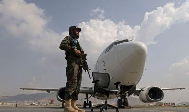 Combattente talebano, aeroporto di Kabul 12 settembre 2021. (Foto: KARIM SAHIB/AFP via Getty Images)