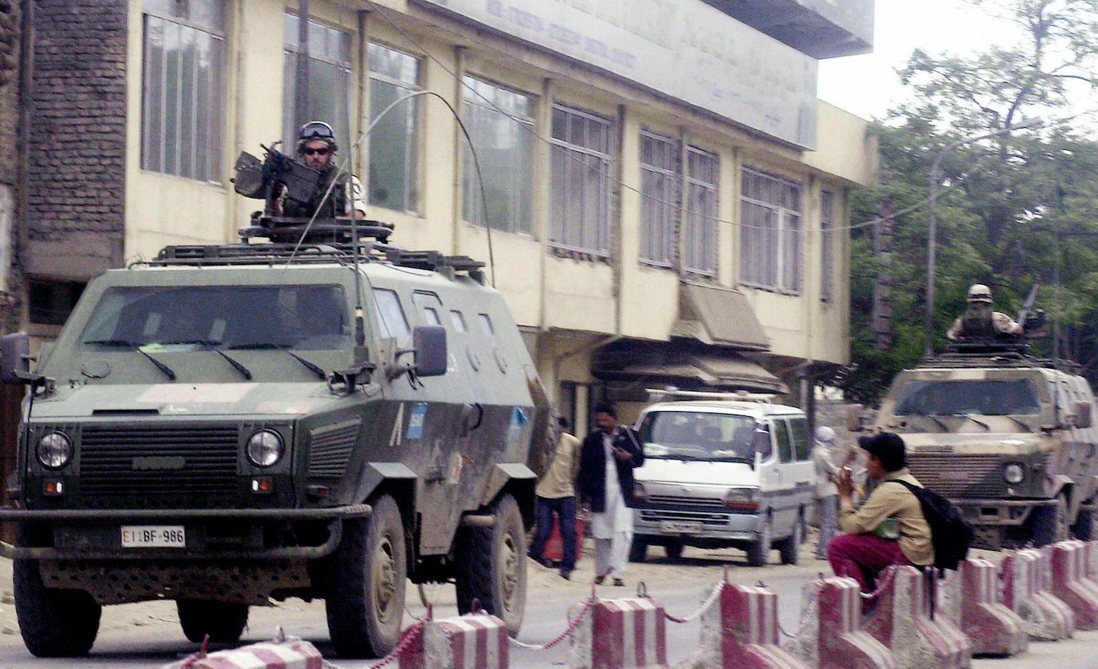 Soldati italiani per le strade di Kabul, maggio 2005.    (Foto: SHAH MARAI/AFP via Getty Images).
