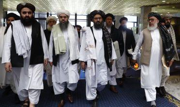 La delegazione dei taliban durante la Conferenza di Mosca sull'Afghanistan, maggio 2019. Al centro il mullah Abdul Ghani Baradar, a destra il viceministro degli Esteri Sher Mohammad Abbas Stanakzai (Foto: Sefa Karacan/Anadolu Agency/Getty Images).