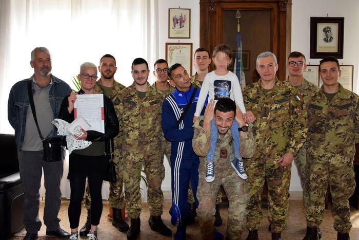 Terremoto: i militari del 235/o reggimento incontrano la bambina salvata a Pescara del Tronto