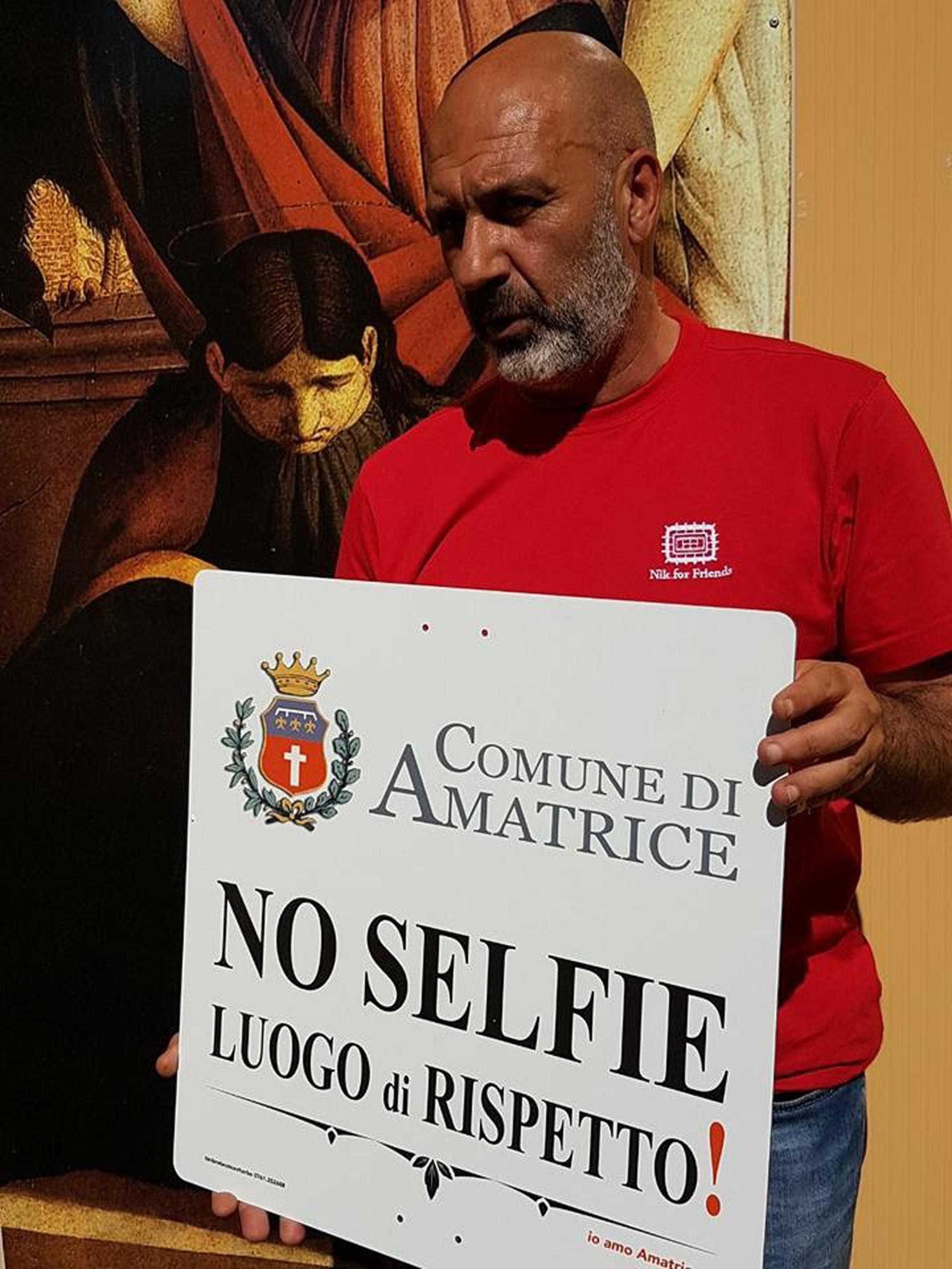 """Terremoto: Amatrice contro voyeur dolore, cartelli """"no selfie"""""""