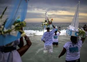 Migliaia di carioca hanno commemorato la regina del mare (repubblica.it)