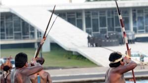 Il tentativo di assalto da parte dei manifestanti (bbc.com)
