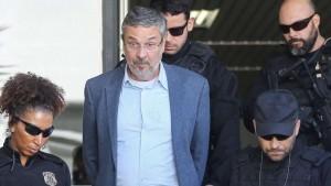 L'ex ministro delle Finanze, Antonio Paolocci al momento del suo arresto