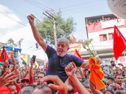 Lula portato in trionfo prima di essere arrestato