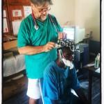 Il dott. Monti con un paziente