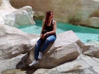 Stefania sulla Fontana di Trevi durante la gita a Roma