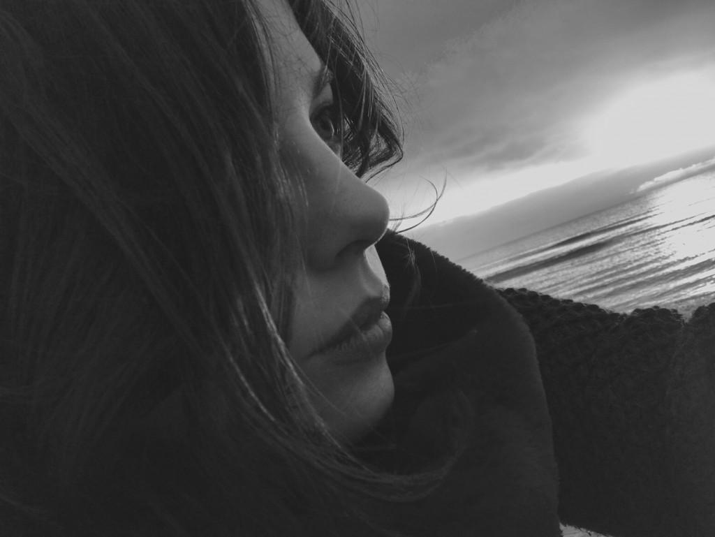 Alessandra Leoni solleva quesiti che hanno a che fare con maschilismo e parità fra i sessi