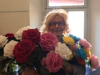 La bidella Bianca Citro con le sue rose di carta