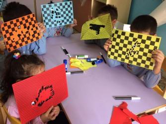 Bambini di Lampedusa impegnati in un laboratorio della biblioteca