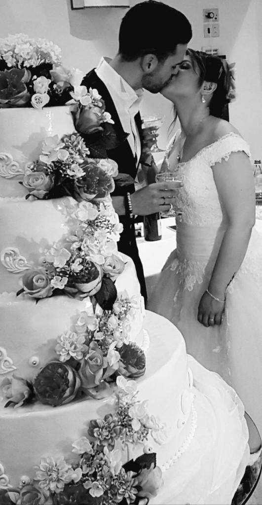 Paola Manni e Simone Morelli nel bacio davanti alla torta