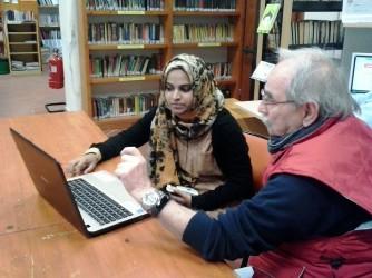 Mariam Siddiqa durante il suo volontariato nella Biblioteca Walter Bonassi a Gualtieri