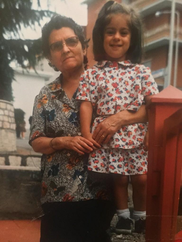 Martina con la nonna in una foto di qualche anno fa