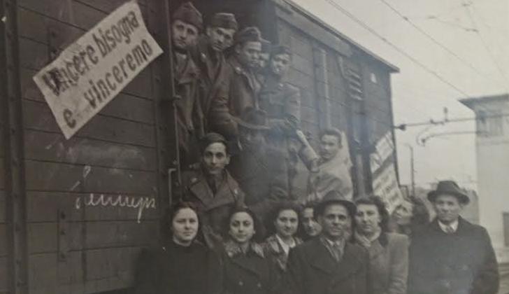 Felice, ultimo a sinistra in seconda fila, alla partenza per la guerra