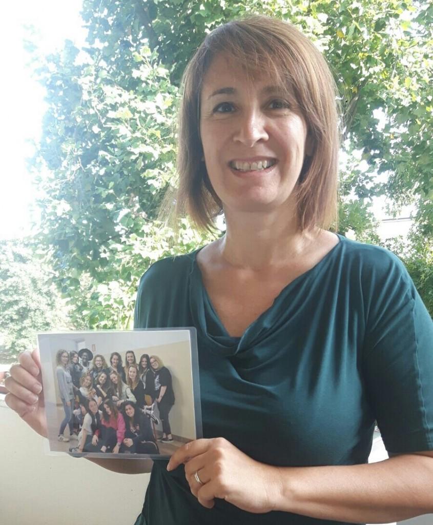 La professoressa Stefania Brigatti con la foto della classe di Aziz