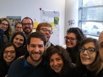 Michelangelo Conoscenti, primo a destra, con i suoi studenti dopo la notte in bianco per le elezioni Usa