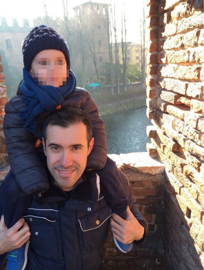 Alessandro con il figlio, oggi è felice di vivere e lavorare a Verona