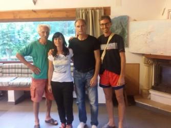 Andrea e il padre, ultimi a destra, con due volontari che lavorano nell'albergue
