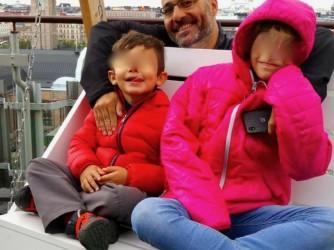 Sante con i figli nell'area giochi di un ristorante di Helsinki