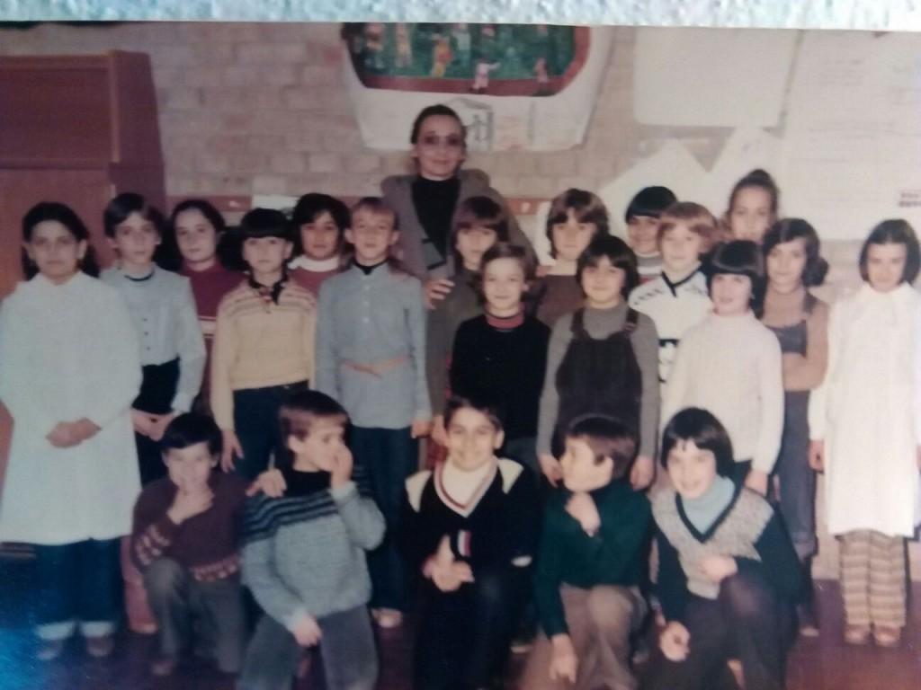 La maestra Stella con una delle sue classi