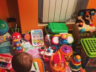 Il figlio di Stefania con i suoi giochi