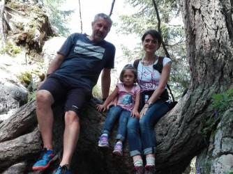 Vittorio, Marina e la loro figlia Serenella durante una gita