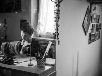 Irene sfoglia una rivista di architettura al suo tavolo di lavoro