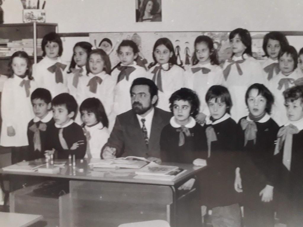 Il maestro Piergiorgio con la sua classe del 1973 alla Edmondo De Amicis di Reggio Emilia