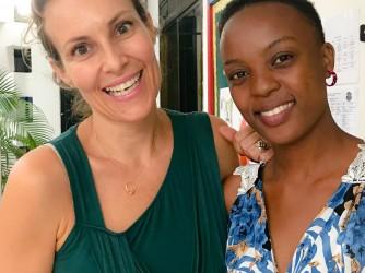 Francesca con Anna, la maestra di sua figlia che a Pasqua non potrà venire in Italia