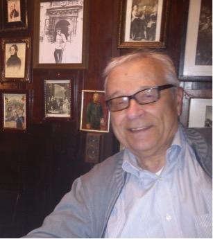 Roberto nel ristorante viennese Deutsche Wagram, sul muro foto di Cecco Beppe