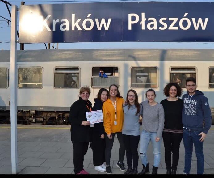 Gli studenti del liceo Parini di Seregno con la loro prof durante il viaggio