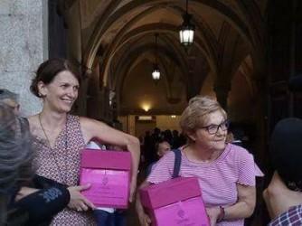 Elisabetta Vanni, a sinistra, alla consegna delle firme