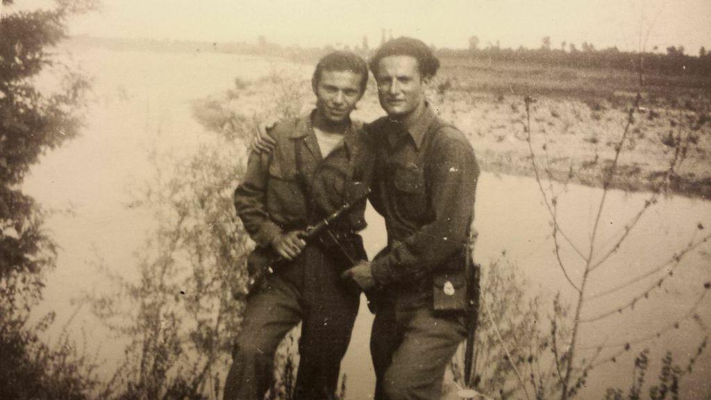 Stefano è il ragazzo a sinistra, siamo nel 1945, sulle rive del Taro