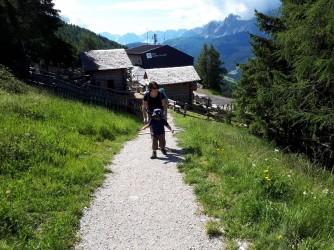 Sara e suo figlio in montagna, lei non vorrebbe che nella vita fossero tutte strade in salita