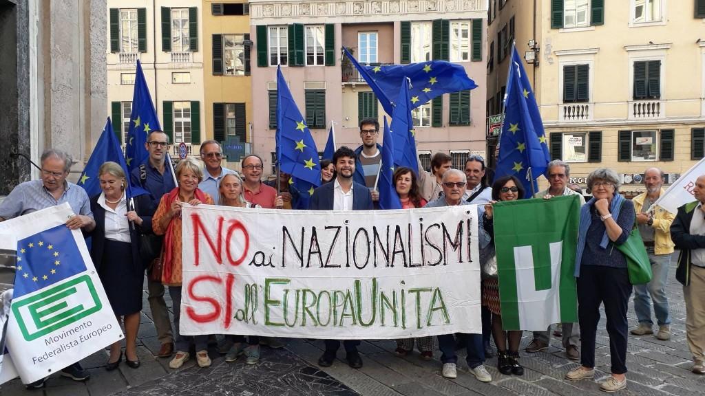 Nicola e altri amici durante un flash mob pro Europa a Genova