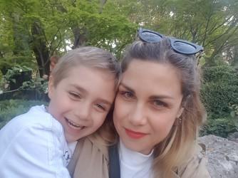 Claudia e suo figlio Adrian che al posto dell'ora di religione sta un'ora al computer