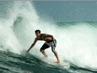 Lorenzo in Indonesia sulla sua tavola da surf