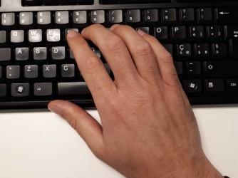 La mano di Andrea B. sulla tastiera del suo computer